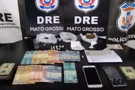 Os policiais apreenderam as drogas e R$ 700 com os suspeitos (Crédito: Reprodução)