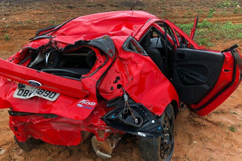 Jovem morre e três ficam feridos após carro ficar destruído em capotamento na BR-158