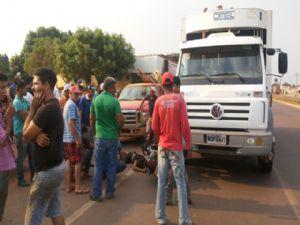 O motoqueiro morreu no local devido o forte impacto (Crédito: Agência da Notícia)