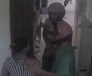 Os assaltantes renderam a funcionária durante o assalto (Crédito: Agência da Notícia)
