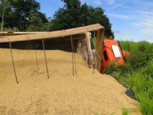 A carreta tombou depois de ser fechada por um outra carreta (Crédito: Água Boa News)
