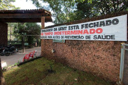 Faixa foi colocada na entrada principal para informar sobre a suspensão das visitas ao zoológico (Crédito: Alair Ribeiro/MidiaNews)