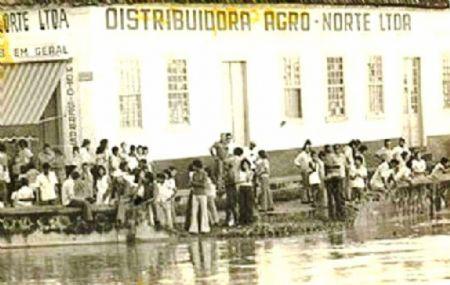 Pessoas ilhadas na região do Porto, inuncdação durou quase uma semana. (Crédito: Reprodução)