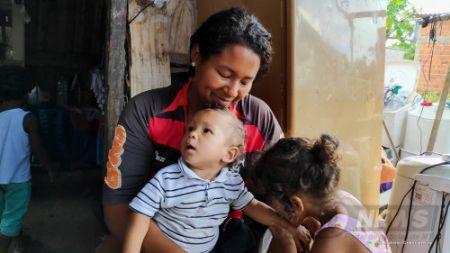 Com problema de saúde, João Emanuel, com a mãe, ganha carinhoso beijo na mão da prima (Crédito: Rodinei Crescêncio)