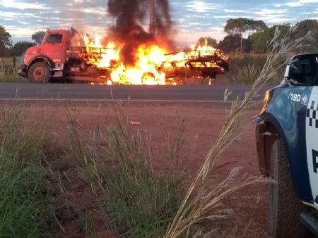 O caminhão foi tomado pelas chamas e destruído pelo fogo (Crédito: Agência da Notícia)