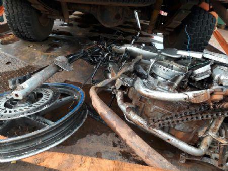 A motocicleta da vítima ficou destruída (Crédito: Agência da Notícia)