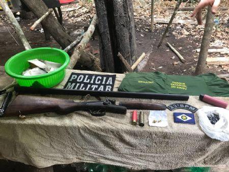 Os policiais apreenderam a arma durante fiscalização no Rio Fontoura (Crédito: Agência da Notícia)