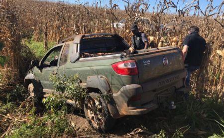 Três veículos usados pelos bandidos foram abandonados (Crédito: Agência da Notícia)