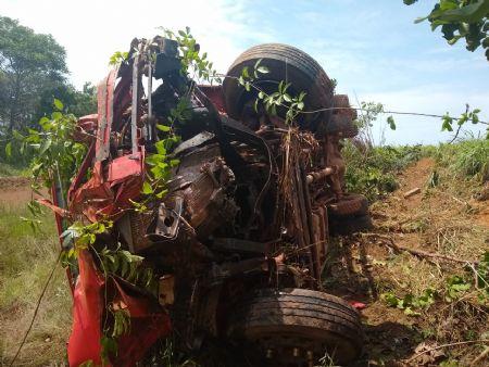 O forte impacto destruiu a parte frontal do caminhão caçamba (Crédito: Agência da Notícia | Leandro Kervalt)