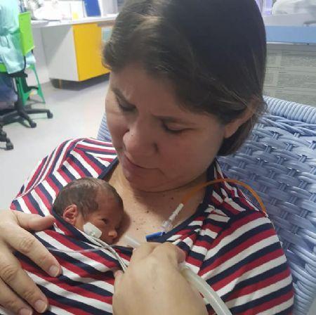 Prefeita Janailza Taveira com a pequena Luara. (Crédito: Agência da Notícia/Facebook)