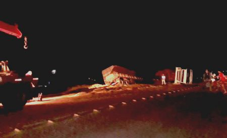 Cerca de 200 pessoas saquearam a carga de milho após o acidente (Crédito: Agência da Notícia)