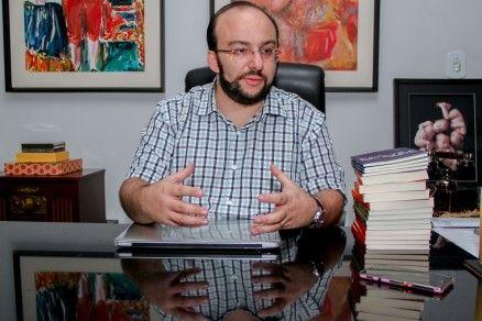 O escritor Eduardo Mahon, que criticou a decisão da reitoria (Crédito: Reprodução)