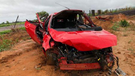 O veículo Ford Fiesta ficou totalmente destruído com o capotamento (Crédito: Rádio Interativa)