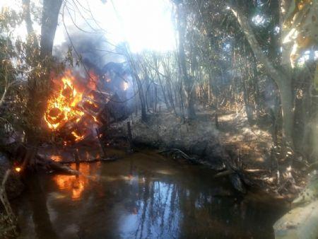 O maquinário foi destruído pelo fogo (Crédito: Agência da Notícia/Reprodução)