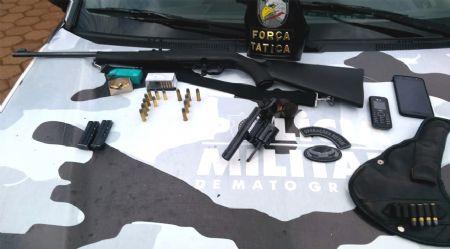 Armas e munições apreendidas com o motorista em rodovia de Confresa (Crédito: Agência da Notícia)