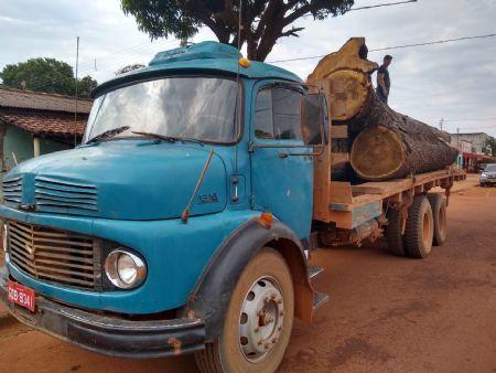 Caminhão apreendido pela equipe do Garra com toras de madeira (Crédito: Agência da Notícia)