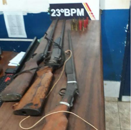 As armas estavam escondidas dentro da residência das suspeitas (Crédito: Agência da Notícia)