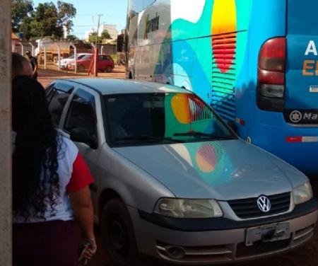 Veículos se envolvem em pequenas colisões com ônibus no local (Crédito: Agência da Notícia)