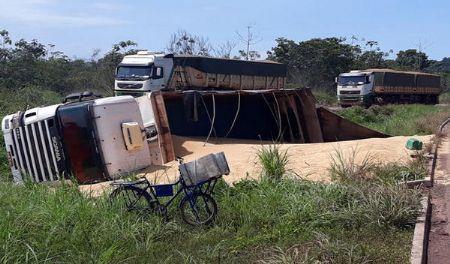 O caminhão foi guinchado ainda durante a manhã. (Crédito: reprodução)