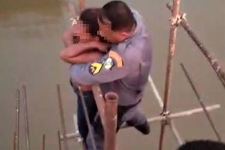 O sargento da PM se equilibrou na estrutura e impediu que a vítima caísse (Crédito: Agência da Notícia com Reprodução)