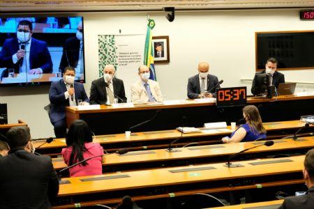 Prefeito de Cocalinho Baço, durante sua fala na Audiência, ao lado do Deputado Dr Eugênio que Preside a comissão do Estudo do Zoneamento em MT (Crédito: Assessoria)