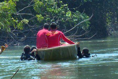 A Polícia Militar e a equipe do Corpo de Bombeiros foram acionadas e usando uma embarcação conseguiram trazer o corpo para às margens do rio. (Crédito: Agência da Notícia com Reprodução)