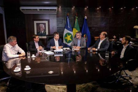Mauro Mendes e o chefe do MPE José Antônio Borges assinam o termo para cooperação (Crédito: Mayke Toscano)