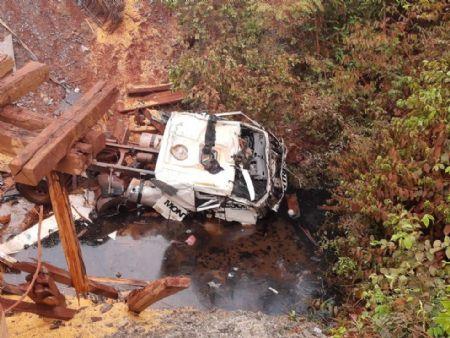 Motorista foi encontrado preso nas ferragens da cabine (Crédito: Corpo de Bombeiros)