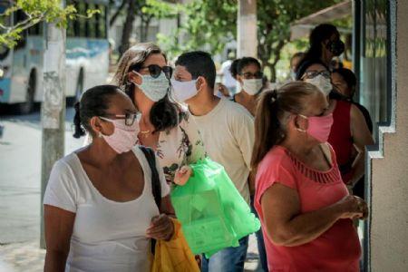 Utilização da máscara pela população após a abertura de alguns comércios (Crédito: Agência da Notícia com Reprodução)