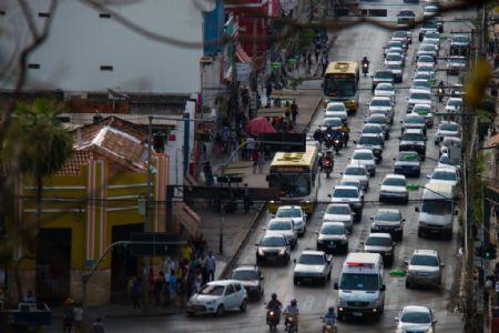 Trânsito no Avenida Isaac Póvoas no Centro de Cuiabá (Crédito: Meneguini/Gcom-MT)