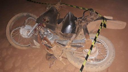 A motocicleta em que o casal estava ficou completamente destruída (Crédito: Agência da Notícia)