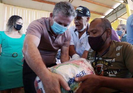 Governador Mauro Mendes entrega cestas básicas, em Porto dos Gauchos (Crédito: Mayke Toscano)