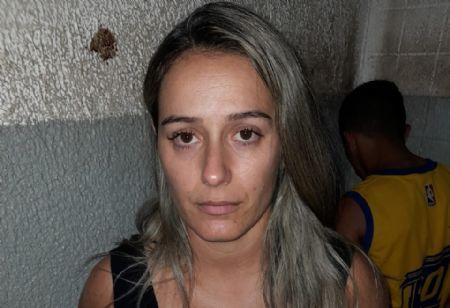 Ela já havia sido detida na segunda-feira (11), quando jogou bebida no rosto de um PM e resistiu no momento de ser algemada. (Crédito: Agência da Notícia com Reprodução)