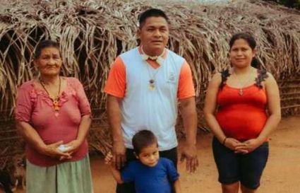 O indígena Clênio Tserebutuwe e família (Crédito: Agência da Notícia com Reprodução)