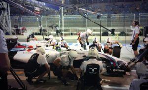 Mecânicos da Williams treinam pit stop no carro de Felipe Massa nos treinos livres do Bahrein (Crédito: Reprodução)
