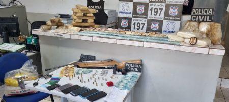 No local, também foi apreendido aproximadamente R$ 25 mil em dinheiro, uma pistola calibre 38 com diversas munições (Crédito: Agência da Notícia com Reprodução)