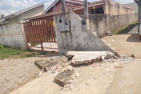 O padrasto atingiu o pilar da residência, que derrubou a estrutura (Crédito: Agência da Notícia com Reprodução)