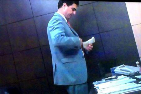 Momento em que o atual Prefeito de Cuiabá coloca o dinheiro no paletó (Crédito: Agência da Notícia com Reprodução)