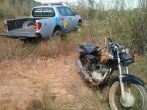 Após o acidente a motocicleta ficou bastante danificada devido o impacto (Crédito: Agência da Notícia)