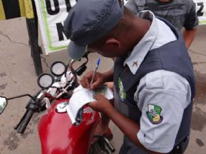 45 notificações foram dadas pela PM a condutores irregulares (Crédito: Agência da Notícia)