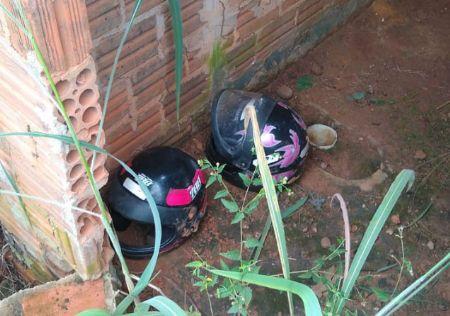 capacetes usados pelos criminosos e deixados em casa abandonada (Crédito: Agência da Notícia)