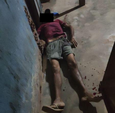 A vítima ficou caída ao solo após ser atingida pelo disparo (Crédito: Agência da Notícia/Reprodução)