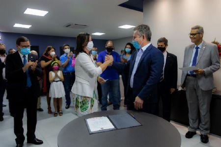 Governador Mauro Mendes empossa secretária de Comunicação Laice Souza (Crédito: Marcos Vergueiro/Secom-MT)