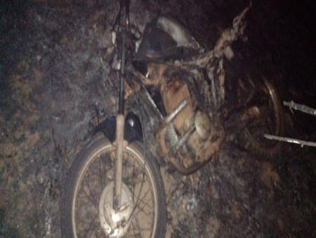 Motociclista incendiada durante um incêndio em uma propriedade rural de Canabrava do Norte, onde um trabalhador morreu tentando apagar o fogo (Crédito: Agência da Notícia com Reprodução)