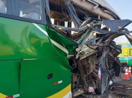 A colisão acabou destruindo completamente a frente do ônibus. A linha em que o coletivo fazia, não foi informada. (Crédito: Agência da Notícia com Reprodução)