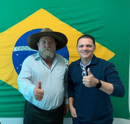 Deputado Barbudo com o Presidente do Conselho Regional de Odontologia de MT (Crédito: Agência da Notícia com Reprodução)