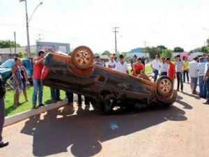 O veículo ficou de rodas para cima depois do impacto (Crédito: Eldorado FM)