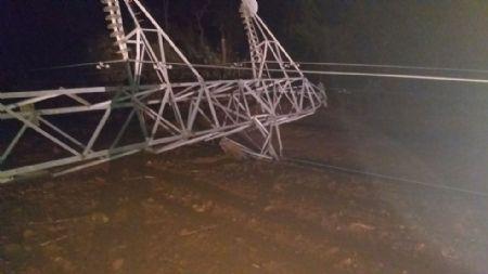 Ainda existe instabilidade no sistema e dezenas de técnicos trabalham na região, além das cinco torres outros 14 postes caíram. (Crédito: Agência da Notícia com Reprodução)